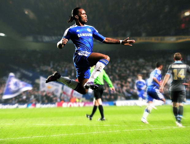 Drogba comemora gol do Chelsea contra o Napoli (Foto: AFP)