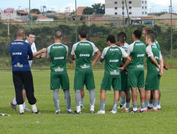 Jogadores do Uberlândia Esporte viajaram nesta sexta para Patos de Minas (Foto: Hismênia Keller/GLOBOESPORTE.COM)