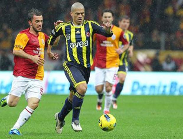 Alex em ação pelo Fenerbahçe  (Foto: Divulgação)