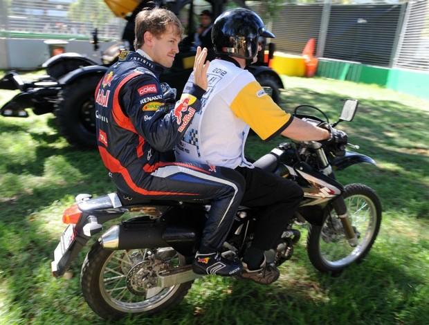 Vettel volta aos boxes de carona após sair da pista (Foto: AFP)