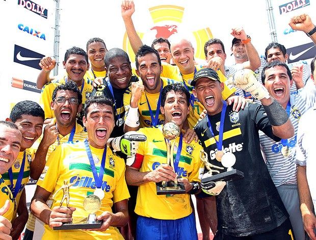 Brasil comemora título no futebol de areia (Foto: Wander Roberto / Inovafoto)