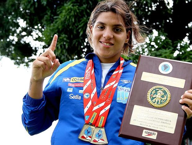 Ana Marcela com as medalhas do Sul Americano de natação (Foto: Satiro Sodré / Divulgação Agif)