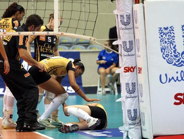 vôlei Thais machucada Mackeize (Foto: Daniel Ramalho / Adorofoto)