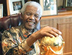 Nelson Mandela com a taça da Copa do Mundo na África do Sul