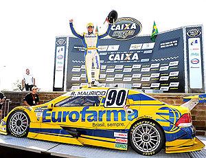 Stock Car: Ricardo Maurício comemora em cima do carro