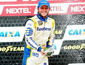 Stock Car: Ricardo Maurício comemora vitória com champagne (Foto: Duda Bairros)