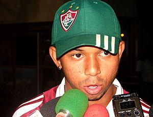 Mariano. do Fluminense, entrevistado no aeroporto