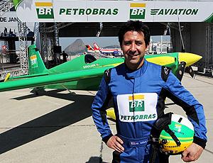Michae lGoulian posa ao lado do avião
