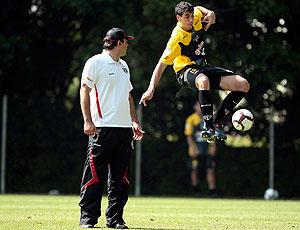 Ricardo Gomes observa Xandao, no treino do São Paulo