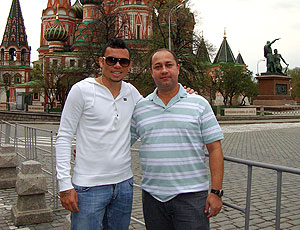 Rodolfo, com fisioterapeuta Fabio Marcelo, na Rússia