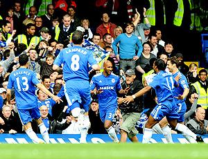 Anelka comemora com os companheiros gol do Chelsea