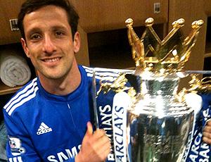 Belletti exibe troféu do campeonto inglês no twitter