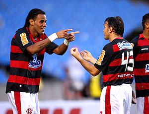 Denis Marques e Petkovic comemoram o gol do Flamengo (Foto: Ivo Gonzalez/O Globo)