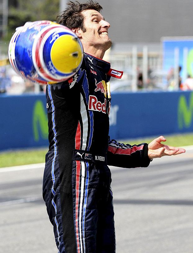 Mark Webber arremessa seu capacete para a torcida