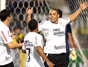 Ronaldo comemora o gol contra o Furacão