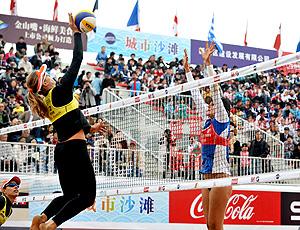 Larissa em ação ne etapa de Xangai de vôlei de praia