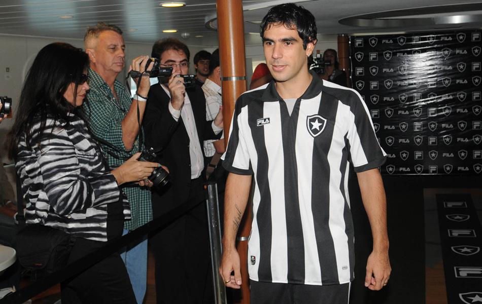 Malu Cabral  Botafogo apresenta novos uniformes 9f4c4536f590b