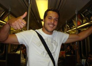 Goleiro Julio Cesar andando de metrô em Nova York