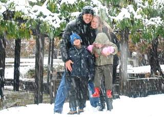 Julio Cesar curte a neve com mulher e os filhos