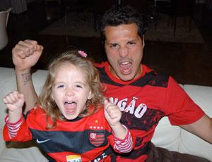 Julio Cesar a filha vibram com a camisa do Flamengo