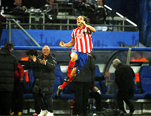Forlan comemora gol do atlético de madrid sobre o fulham