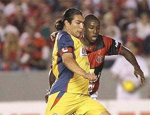 Cabañas no jogo contra o Flamengo, em 2008 (Foto: AP)