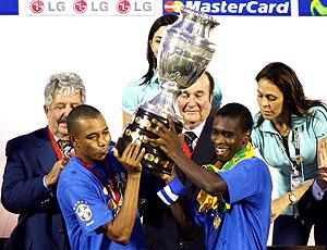 Juan e Gilberto Silva levanta a taça da Copa América de  2007