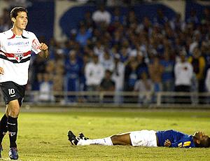 Hernanes comemora com o cruzeirense caído