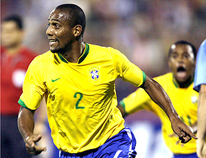 Maicon vibrando na Seleção Brasileira