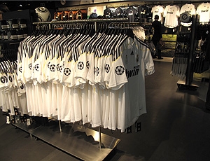 Camisas do Real Madrid expostas para venda