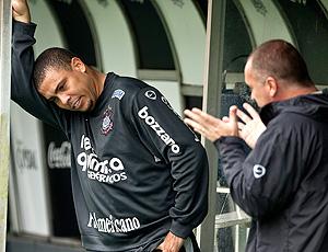 Ronaldo e Mano Menezes no treino do Corinthians  (Foto: Daniel Augustao Jr. / Agência Estado )