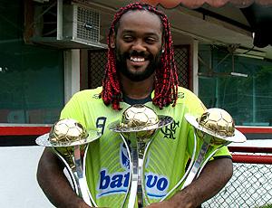 Vagner Love com taças no treino do Flamengo