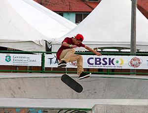 Luan Oliveira, fazendo manobra, skate
