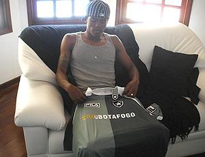 Maicosuel segura camisa do Botafogo
