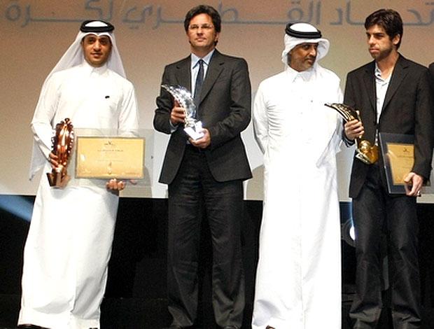 Caio Jr. e Juninho Pernambucano em premiação no Qatar
