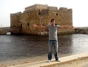 Thiago Sales posa em cartão postal do Chipre
