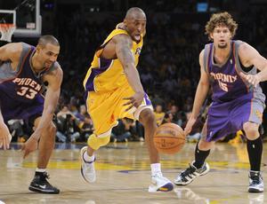 Kobe Bryant, Lakers, passa por Grant Hill (33) e Robin Lopez,  Suns
