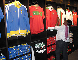 Na loja, mulher prefere uniforme de Portugal em vez do Brasil