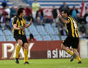 Matias Aguirregaray e pacheco comemoram gol do penarol sobre o nacional