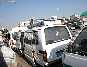 Fila de vans em Joanesburgo