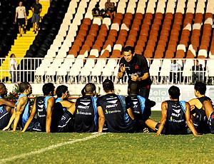 Celso Roth conversa com os jogadores do Vasco antes do treino