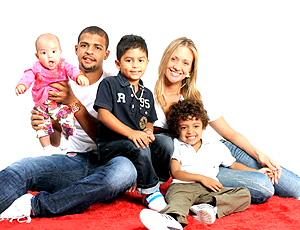 felipe melo ao lado da esposa e dos filhos