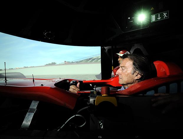 Luca de Montezemolo, presidente da Ferrari, testando o simulador da equipe