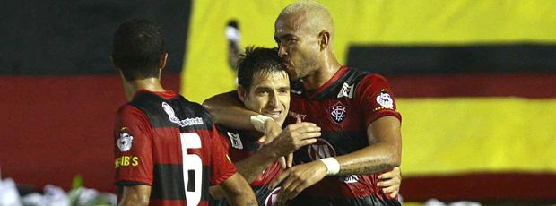 Ramon e Junior comemoram gol do Vitória
