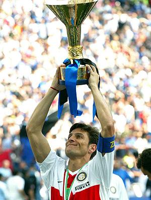 javier zanetti, do Internazionale, ergue o troféu