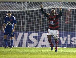 Vagner Love comamora gol do Flamengo (Foto: EFE)