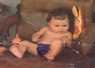 Lucio bebê, no sofá