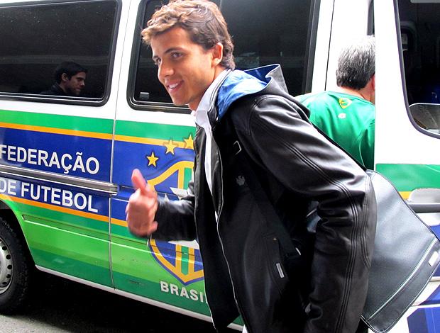 Nilmar, do Brasil, chega a curitiba
