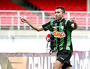 Luciano, do América-MG, comemora gol sobre o Figueirense (Foto: Renato Cobucci / Agência Estado)