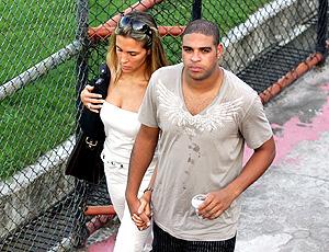 Adriano, do Flamengo, ao lado da noiva Joana Machado (Foto: Agência Estado)
